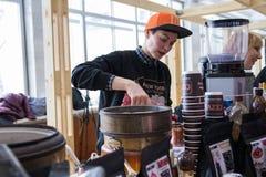 Москва, Россия - 3-ье февраля 2019 Фестиваль кофе Cezve Barista делая кофе стоковые изображения rf