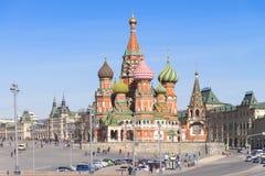 Москва, Россия, St Basil& x27; собор s и стены и башня Кремля Стоковая Фотография