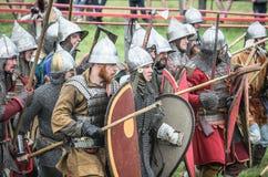 МОСКВА, Росси-июнь 06,2016: Armored ратники в старых костюмах воюя на поле брани Стоковые Фото