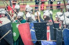 МОСКВА, Росси-июнь 06,2016: Armored ратники в старых костюмах воюя на поле брани Стоковая Фотография