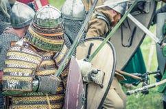 МОСКВА, Росси-июнь 06,2016: Armored ратники в старых костюмах воюя на поле брани Стоковое Фото