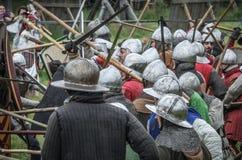 МОСКВА, Росси-июнь 06,2016: Armored ратники в старых костюмах воюя на поле брани Стоковое Изображение RF