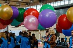 Москва, русский, 12-ое июня: группа в составе студенты вызывается добровольцем с красочными воздушными шарами на корейском фестив стоковая фотография