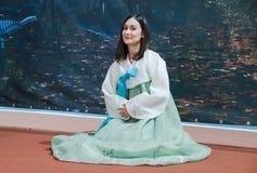 Москва, русский, 12-ое июня: девушка в корейце одевает представлять для камеры стоковая фотография