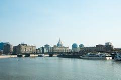 Москва, русское федерирование 11-ое мая 2018: туристические судна причаленные к берегу и взгляду портового района стоковое фото