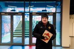 Москва, русское федерирование 27-ое января 2018: Русский вентилятор Dmitry Bugrov проводит отклонение вокруг стадиона CSKA стоковые фотографии rf