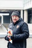 Москва, русское федерирование 27-ое января 2018: Русский вентилятор Dmitry Bugrov проводит отклонение вокруг стадиона CSKA стоковые изображения rf
