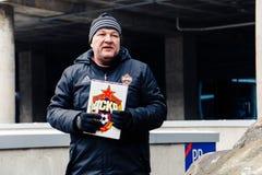 Москва, русское федерирование 27-ое января 2018: Русский вентилятор Dmitry Bugrov проводит отклонение вокруг стадиона CSKA стоковое фото