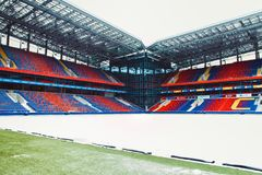 Москва, русское федерирование 27-ое января 2018: футбольное поле клуба CSKA в зиме предусматриванной с специальным материалом, от стоковая фотография