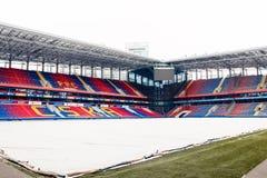 Москва, русское федерирование 27-ое января 2018: футбольное поле клуба CSKA в зиме предусматриванной с специальным материалом, от стоковые изображения