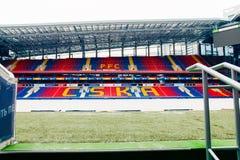 Москва, русское федерирование 27-ое января 2018: футбольное поле клуба CSKA в зиме предусматриванной с специальным материалом, от стоковое фото