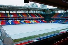 Москва, русское федерирование 27-ое января 2018: футбольное поле клуба CSKA в зиме предусматриванной с специальным материалом, от стоковое фото rf
