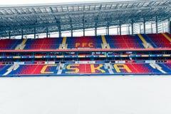 Москва, русское федерирование 27-ое января 2018: футбольное поле клуба CSKA в зиме предусматриванной с специальным материалом, от стоковые фото