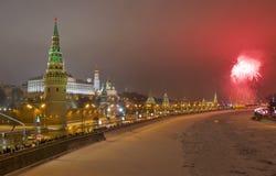 Москва, салют около Кремля в ноче Новый Год Стоковые Фото