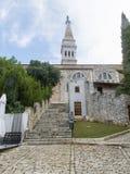Мостить улицу водя к базилике St Euphemia в городке 0930 Rovinj старом Стоковые Фотографии RF