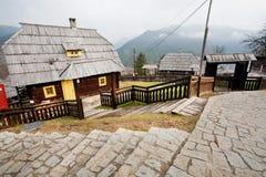 Мостить улицу и дома старого стиля деревянные Стоковое Изображение
