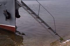 Мостк между палубой корабля и берегом Стоковое Изображение RF