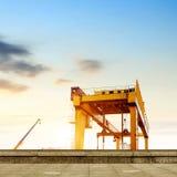 Мостовой кран в предпосылке неба Стоковая Фотография