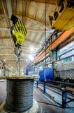Мостовой кран поднимает катушку с стальной веревочкой Стоковое Изображение
