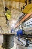 Мостовой кран поднимает катушку с стальной веревочкой Стоковая Фотография