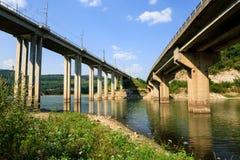 Мосты козл железной дороги и автомобиля над запрудой Tsonevo, на реке Luda Kamchia в Болгарии против голубого неба с облаками Tra Стоковые Изображения RF