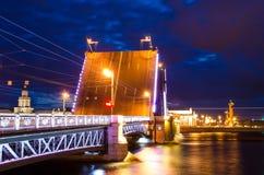 Мосты ночи Санкт-Петербурга дворец наводит Стоковая Фотография