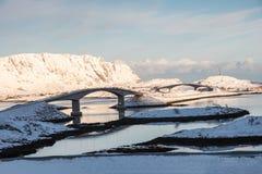 Мосты Fredvang пересекают острова с горой в зиме на береговую линию стоковое фото