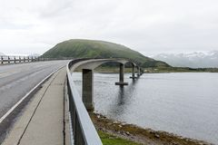 Мост автомобиля подключает норвежские острова на Lofoten, Nordland, Norw стоковое фото rf