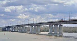 Мост автомобиля через Обь в России Стоковая Фотография RF