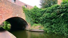Мост арочного кирпича над каналом стоковая фотография rf