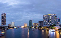 Мост Бангкок Taksin на ноче Стоковое фото RF