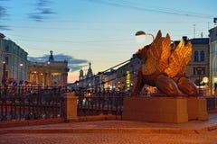 Мост банка с грифонами в Санкт-Петербурге ночи белые Стоковые Изображения RF