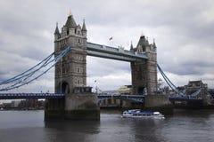 Мост башни в Лондоне, Англии во время погоды overcast стоковая фотография rf