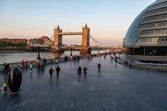 Мост башни в Лондоне с людьми Стоковое фото RF