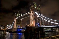 Мост башни города Лондона исторический большой к ноча Стоковые Изображения