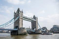 Мост башни города Лондона исторический большой с шлюпкой Стоковая Фотография