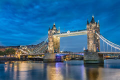 Мост башни иконический символ Лондона на ноче в Англии. Стоковое Фото