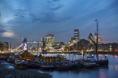 Мост башни и город Лондон стоковые фото