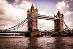 Мост башни Лондона с облаками стоковая фотография rf