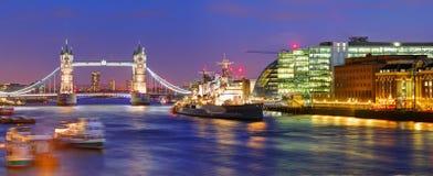Мост башни Лондона - панорама Стоковые Фотографии RF