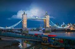 Мост башни на реке Темзе причаленный взгляд корабля порта ночи Стоковые Изображения
