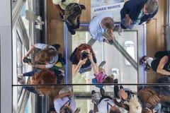 Мост башни на реке Темзе Стеклянный прозрачный пол, зеркало потолка, туристы, Лондон, Великобритания Стоковые Изображения RF