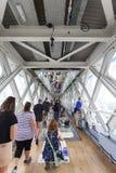 Мост башни на реке Темзе Стеклянный прозрачный пол, зеркало потолка, туристы, Лондон, Великобритания Стоковые Фотографии RF