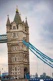Мост башни на реке thames в Лондоне с облаками стоковая фотография rf