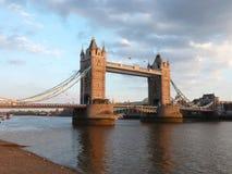 Мост башни над рекой Темзой, Лондоном Великобританией стоковое изображение