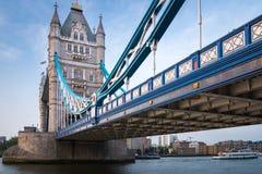 Мост башни протягивая над рекой Темзой в Лондоне, Англии стоковое фото rf