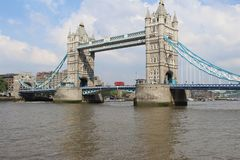 Мост башни с красным автобусом двойной палуба стоковая фотография rf