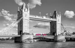 Мост башни с традиционной красной шиной в черно-белых цветах, Стоковая Фотография
