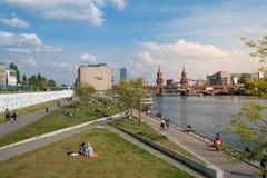 Мост Берлин Oberbaum, галерея Ист-Сайд и Берлинская стена Стоковые Фотографии RF