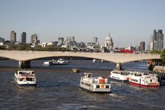 Мост Ватерлоо с церковью собора St Pauls, Лондоном Стоковая Фотография RF